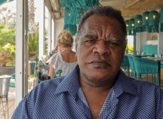 Nouvelle-Calédonie : 25 ans après, le dramaturge Pierre Gope réinterroge les consciences coutumières avec sa pièce « Où est le droit ? »